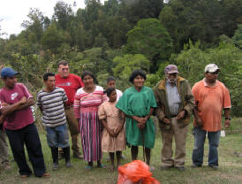 People of Montana de la Flor thank the medical team